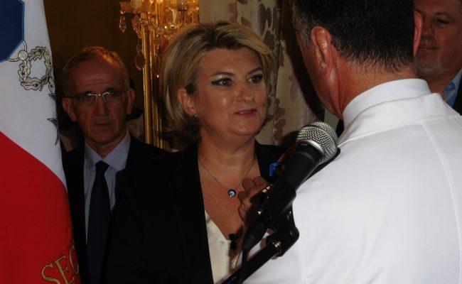 Anne Benedetti reçoit les insignes de Chevalier de l'Ordre National du Mérite